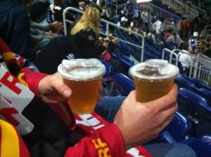 Bier in Plastikbecher mit Deckel